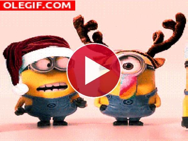 GIF: Los Minions celebrando la Navidad