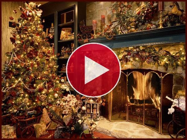 Adornos navideños junto a la chimenea