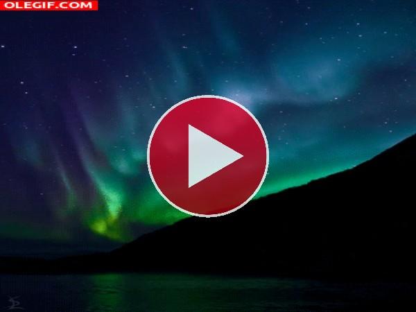 GIF: Aurora boreal en el cielo nocturno