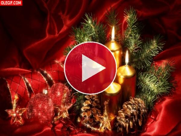 Velas iluminadas en un centro navideño