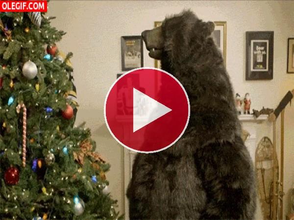 GIF: Un oso junto al árbol de Navidad