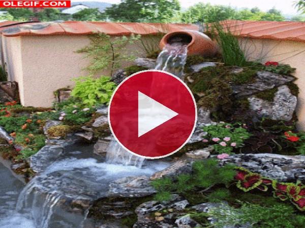 Bonita fuente en el jardín