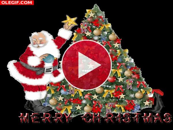 Papá Noel decorando su árbol de Navidad