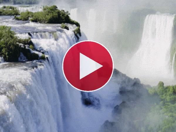 Cataratas fluyendo en la naturaleza