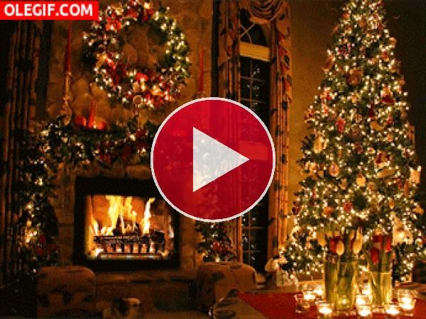 Fuego en la chimenea la noche de Navidad