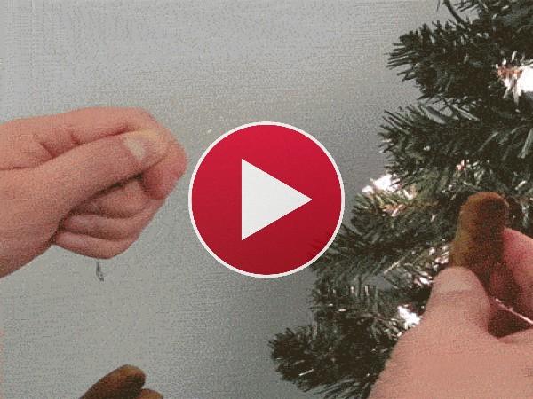Adornando el árbol de Navidad
