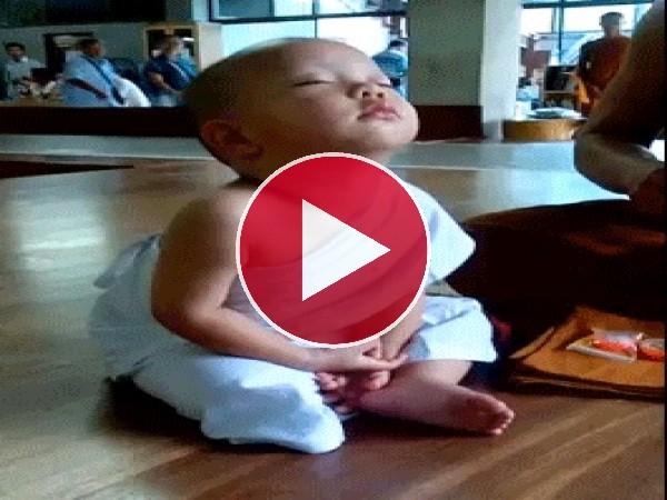 GIF: Este pequeño monje se cae de sueño