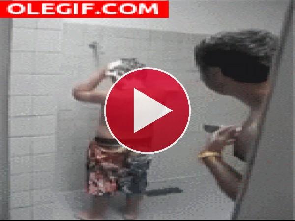 GIF: Bromas en la ducha