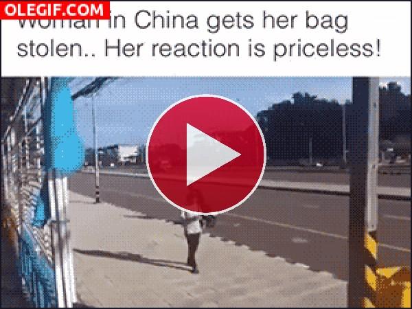 GIF: Me robas el bolso y yo me llevo tu moto