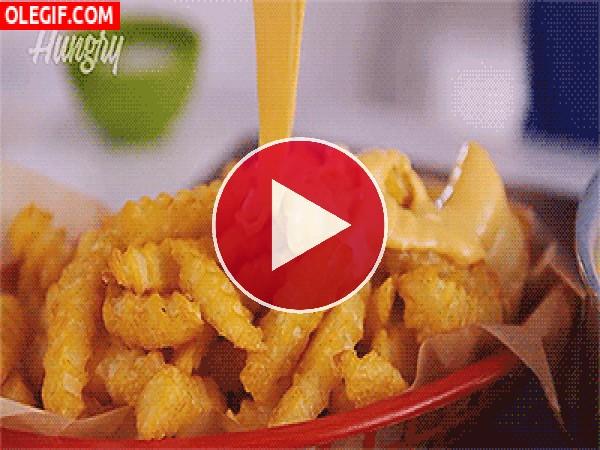 GIF: Queso cayendo sobre unas patatas fritas