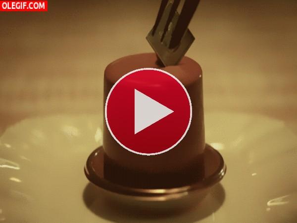 GIF: Comiendo un delicado pastel de chocolate