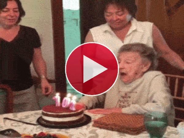 Abuela sopla las velas