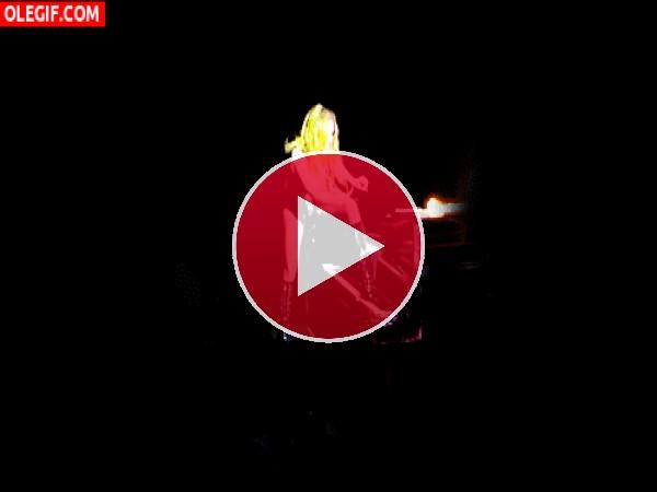 Lady Gaga cayendo en el escenario
