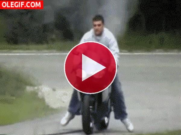 Haciendo el tonto con la moto