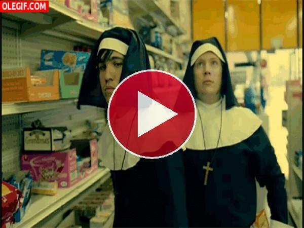 GIF: Dos monjas en el super