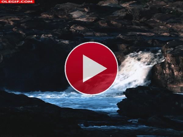 GIF: Pequeña cascada fluyendo en el río