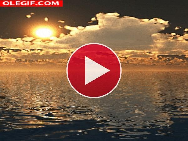 Nubes y sol sobre el agua
