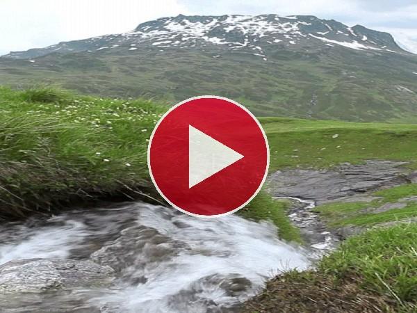 Río corriendo bajo la montaña