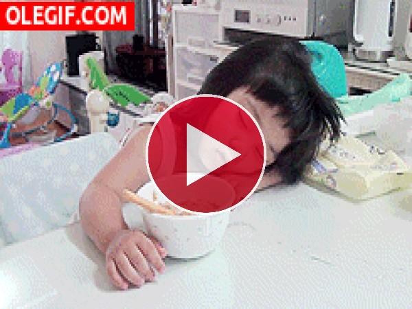 GIF: Cuando se junta el sueño con el hambre