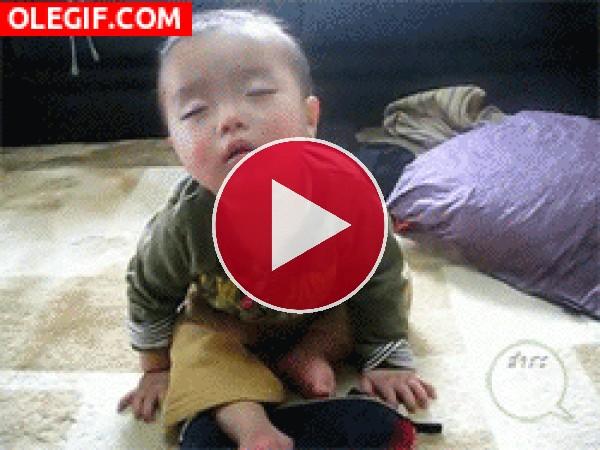 Este bebé se cae de sueño