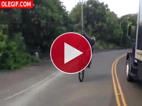 GIF: Menudo accidente de moto