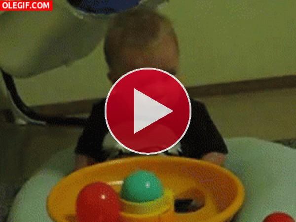 GIF: Este niño alucina con las bolas