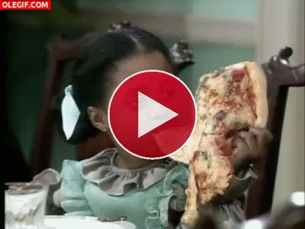 GIF: Es más grande la pizza que la niña