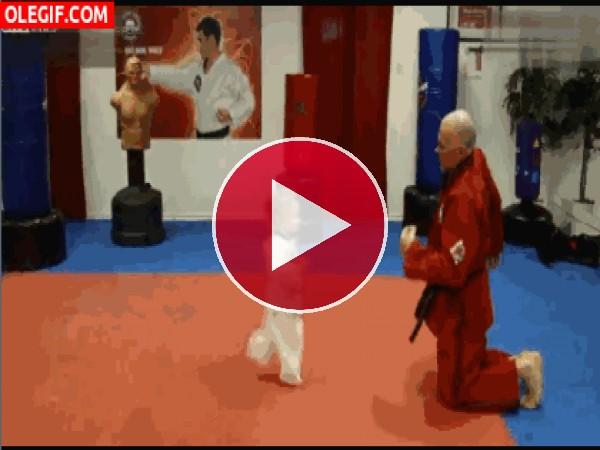 GIF: Esta niña es una as de las artes marciales