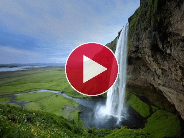 Hermosa cascada cayendo por el acantilado