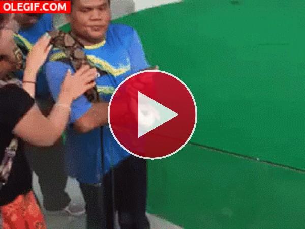GIF: Dale un beso a mi serpiente...