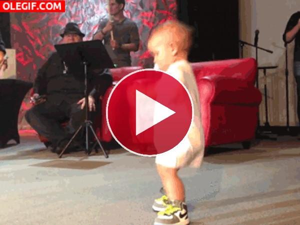 GIF: Este bebé tiene mucho ritmo