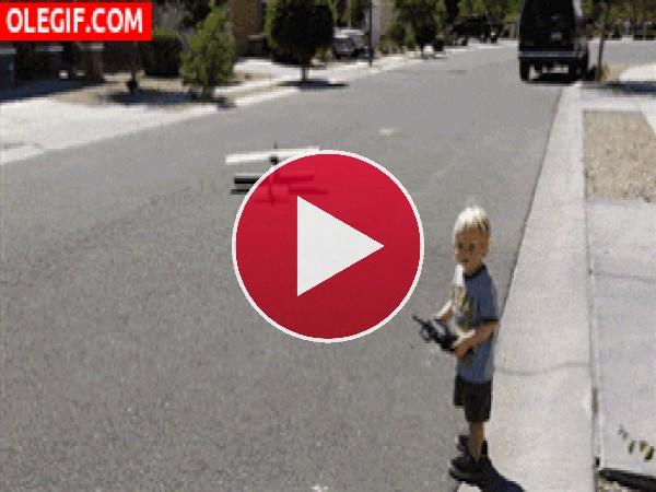 GIF: Pobre niño...
