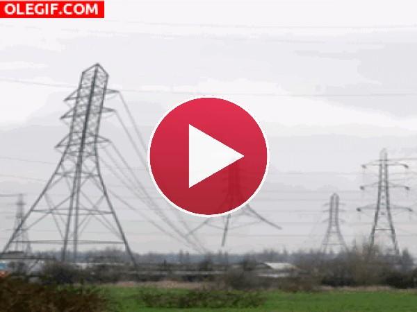 GIF: Tendido eléctrico saltando a la comba