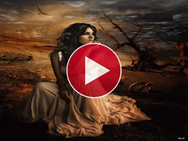 GIF: Mujer en un paisaje desértico