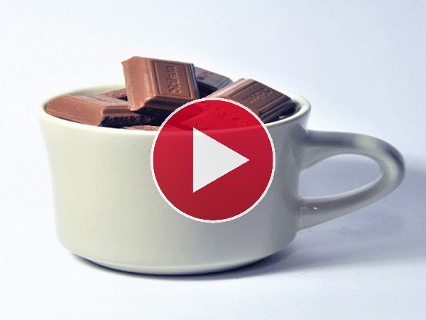 Chocolate fundiéndose en una taza