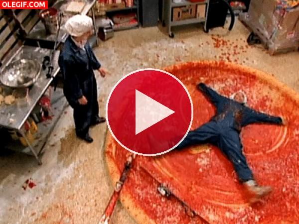 GIF: Diversión sobre una pizza gigante