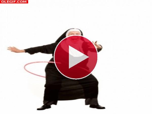 Monja bailando el hula-hoop