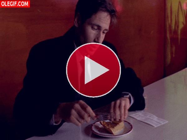 GIF: Mulder desayunando