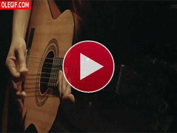 GIF: Tocando la guitarra española