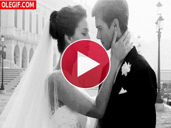 Beso como recién casados