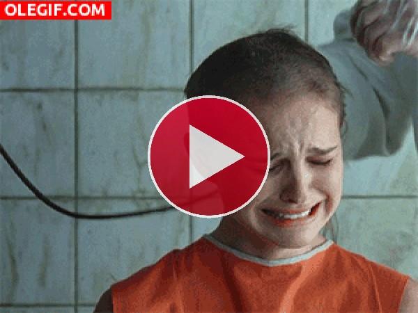 GIF: Cuando vas a cortarte las puntas y la peluquera se emociona