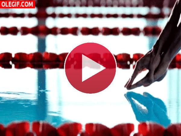 Nadador entrando en el agua