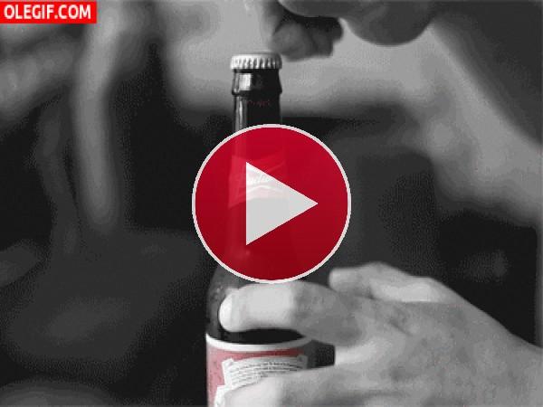 Abriendo una cerveza Budweiser