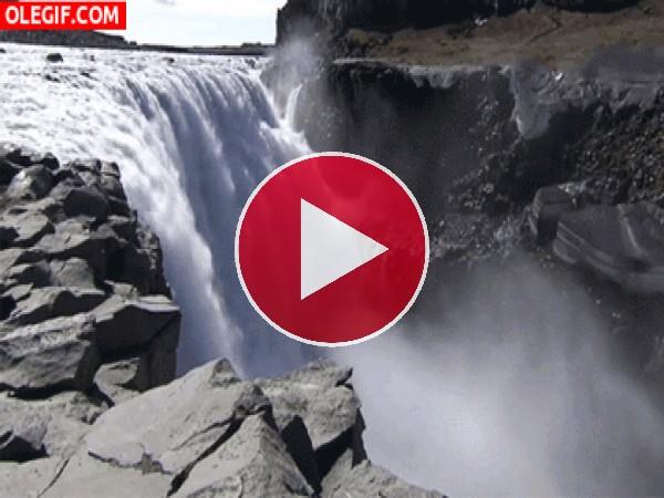 GIF: Río cayendo en una gran catarata
