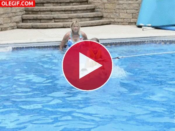Practicando esquí acuático en la piscina