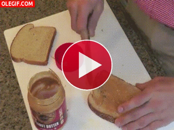 GIF: Preparando un sándwich de mantequilla de cacahuete