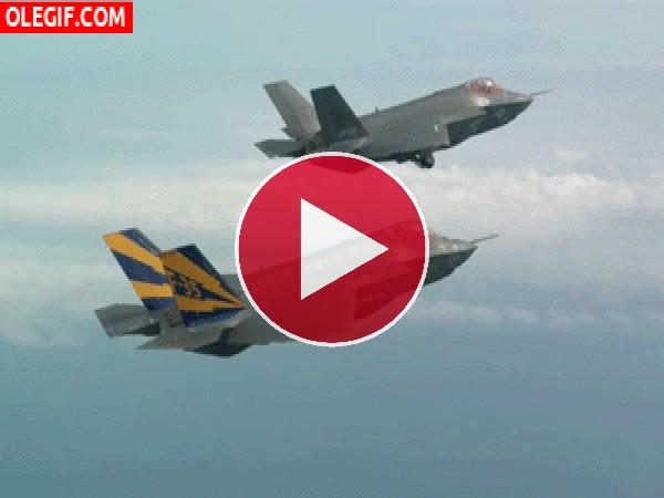 Unos F-35 desplegando las ruedas