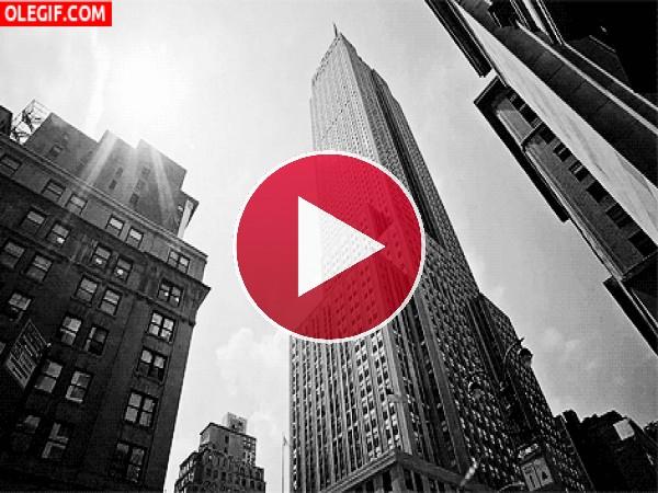 GIF: Nubes pasando sobre el Empire State