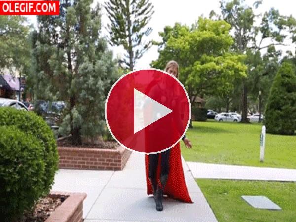 GIF: Thor bailando en un parque