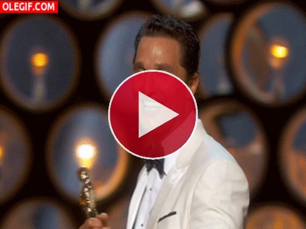 Matthew-Mcconaughey feliz con su Oscar